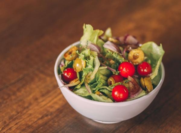 Tomato salad with sugar snaps